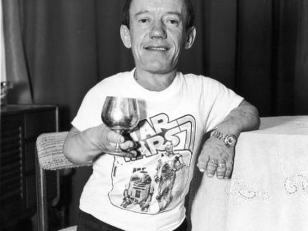 kenny-baker-in-star-wars-t-shirt-1977-getty-thumb